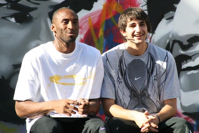 Kobe Bryant desata locura en el Raval